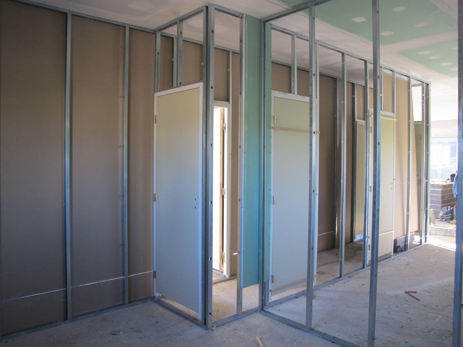 Pose de cloisons placo dans bureaux gemenos pose de cloisons et faux plafond marseille - Poser bloc porte entre 2 murs ...