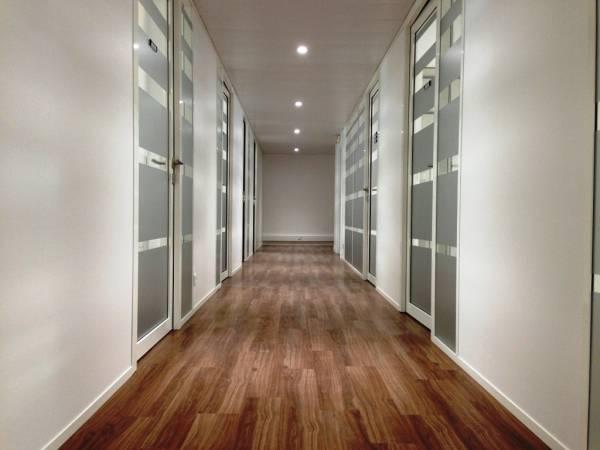 pose d 39 un parquet dans les couloirs des bureaux gemenos pose de cloisons et faux plafond. Black Bedroom Furniture Sets. Home Design Ideas